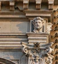 Sculpture sur la façade de la Scuola Grande San Rocco à Venise