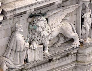 Le doge Andrea Gritti à genoux devant le lion de Saint-Marc - Palais des Doges, façade sur la Piazzetta