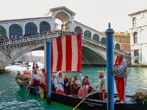 Des Gaulois devant le Pont du Rialto à Venise pendant le Carnaval