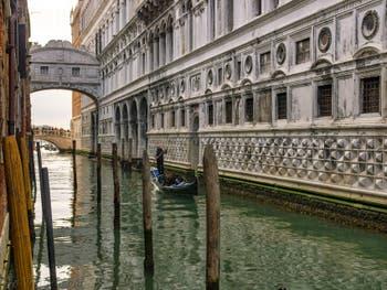 Le Rio de Palazzo et le Palais des Doges avec le pont des Soupirs à Venise