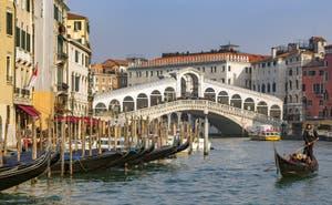 Gondole sur le Grand Canal de Venise devant le pont du Rialto