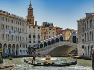 Gondole sur le Grand Canal de Venise, devant le pont du Rialto