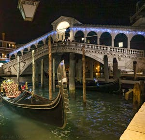 Le pont du Rialto sur le Grand Canal à Venise