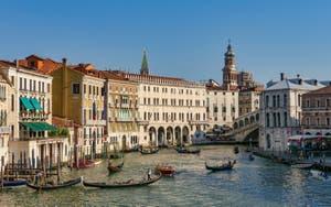 Le ballet des gondoles devant le pont du Rialto sur le Grand Canal de Venise