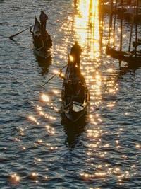 Gondoles au soleil couchant devant le pont du Rialto à Venise