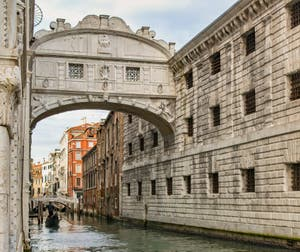 Le pont des Soupirs à Venise avec, à droite, les prisons