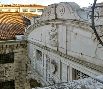 Le pont des Soupirs entre le Palais des Doges et les prisons à Venise