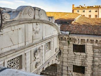 Le pont des Soupirs vu depuis le Palais des Doges à Venise