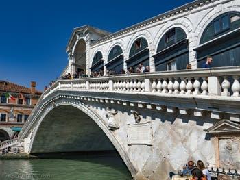 Le pont du Rialto sur le Grand Canal de Venise.