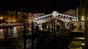 Le pont du Rialto vu de nuit sur le Grand Canal de Venise