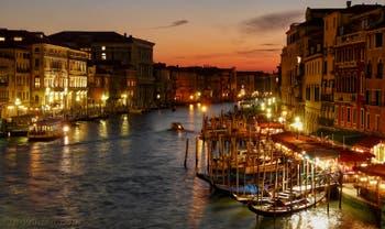 La vue de nuit sur le Grand Canal de Venise depuis le pont du Rialto