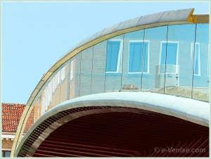 Le ponte della Costituzione, le pont de la Constitution ou pont Calatrava, le nouveau pont de Venise pour relier la gare Santa Lucia à la Piazzale Roma