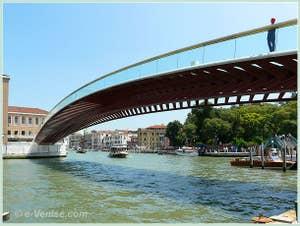 Le nouveau Pont Santiago Calatrava, Pont de la Constitution et en italien, ponte della Costituzione de Venise dans son environnement avec la Piazzale Roma derrière lui