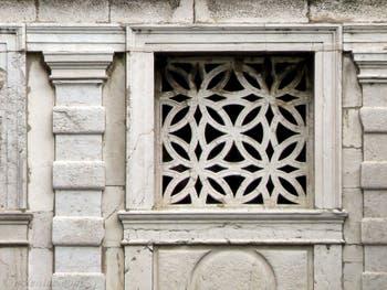L'une des grilles du pont des Soupirs avec la vue sur la Lagune de Venise