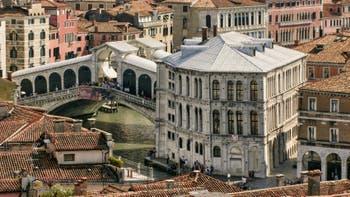Le pont du Rialto et le Palazzo dei Camerlenghi sur le Grand Canal de Venise