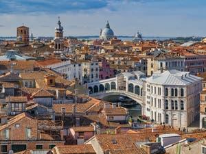 Le pont du Rialto sur le Grand Canal vu depuis le Campanile dei Santi Apostoli à Venise