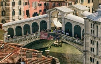 Le pont du Rialto, une rue suspendue au-dessus du Grand Canal de Venise