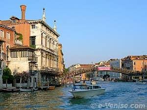 A gauche le palazzo Guistinian Lolin et au fond le Pont de l'Accademia