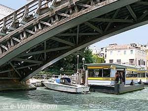 La structure de bois du pont de l'Accademia à Venise