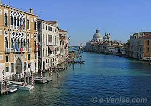 Vue depuis le pont de l'Accademia sur le Grand Canal, ses palais et l'église de la Salute à Venise
