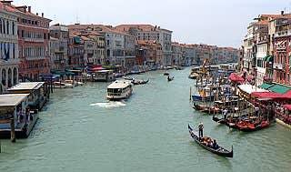 Le Grand Canal depuis le Pont du Rialto à Venise