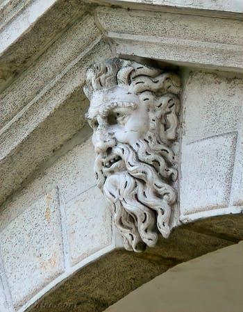 Bas-relief représentant un homme barbu veillant sur le pont du Rialto à Venise