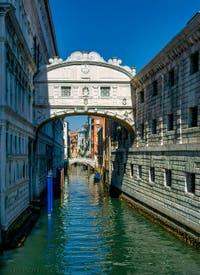 Gondole sous le pont des Soupirs, le long du Palais des Doges à Venise