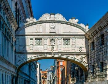 Le pont des Soupirs à Venise, entièrement fermé