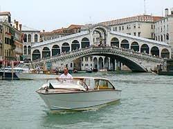 Motoscafo devant le pont du Rialto venise