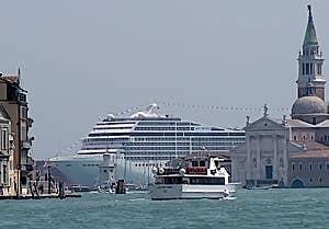 Navires de Croisière à Venise à faire peur! 293m de long, 90.000 tonnes, 2.500 passagers et 987 membres d'équipage