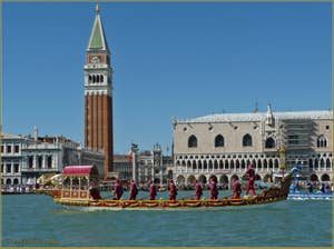 Regata Storica  - Le Cortège historique devant le Campanile de Saint-Marc et le Palais des Doges à Venise