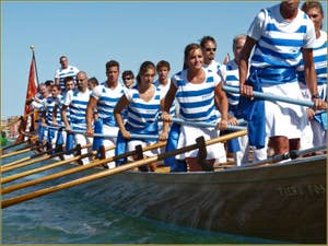 Régate Historique de Venise, la Disdotona à 18 rameurs des Canottieri Querini