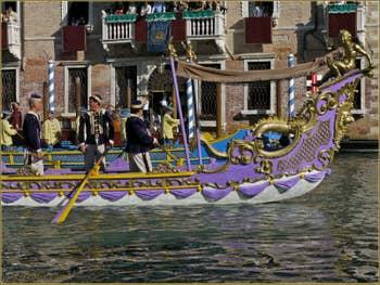 Dragon au cortège historique de la Regata Storica de Venise