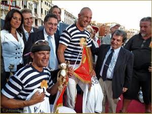 Regata Storica de Venise, Régate de Gondolini, la bandiera rossa des vainqueurs