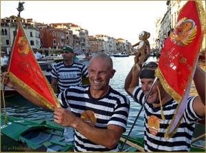 La Bandiera Rossa, le fanion rouge des vainqueurs à la Regata Storica