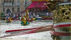 Regata Storica de Venise : la Machina, tribune officielle montée sur l'eau qui sert aussi de ligne d'arrivée