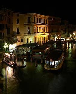 grand canal photo de nuit riva del carbon venise