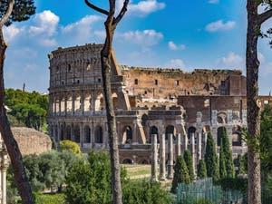 Le Colisée vu depuis le Palatin à Rome en Italie, l'amphithéâtre Flavien