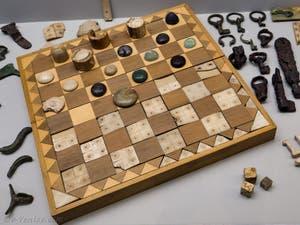 Boîte et jeu d'échec en ivoire, pièces et jetons, au musée Crypte Balbi à Rome en Italie