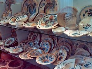 Vaiselles, plats et assiettes en céramique du XVIe siècle, musée Crypte Balbi à Rome en Italie