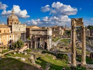 Au centre du Forum Romain, la Via Sacra, à Rome en Italie