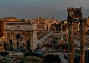 Le Forum Romain vu de nuit avec l'arc de Triomphe de Septime Sévère et à droite les colonnes du temple de la Concorde