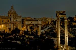La Via Sacra vue de nuit, au centre du Forum Romain, à Rome en Italie