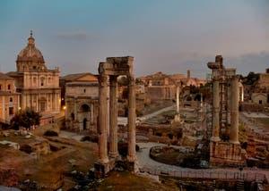 L'arc de triomphe de Septime Sévère vu de nuit et le Forum Romain à Rome en Italie