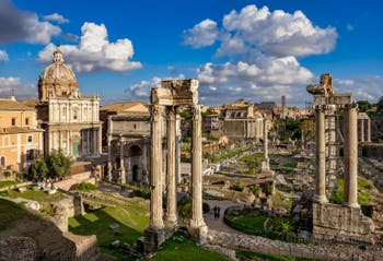 Le Forum Romain avec à droite les colonnes du temple de Saturne, à Rome en Italie