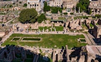 L'Atrium de la maison des Vestales et ses bassins, entourés des statues des Vestales, au Forum Romain