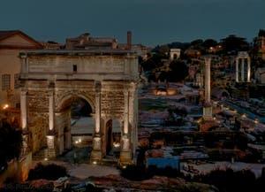 Le Forum Romain vu de nuit avec l'arc de Triomphe de Septime Sévère, la colonne Foca et le temple des Dioscures