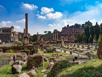 Le Forum Romain, la colonne Foca et les colonnes du temple des Dioscures à Rome en Italie