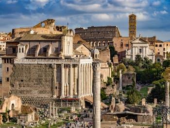Le Forum Romain avec le temple d'Antonin et Faustine et au fond le Colisée