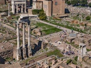 Les trois colonnes du temple des Dioscures et à droite, avec son toit en demi-cercle plat, le temple de César au Forum Romain